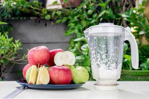 manzanas y frutas de guayaba para hacer jugo fresco de manzana y guayaba foto