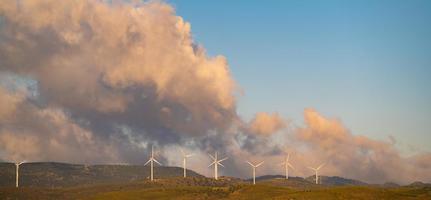 molinos de viento con cielo nublado foto