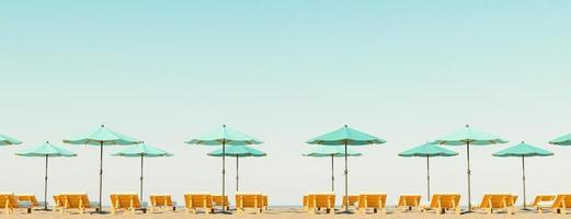 sombrillas en el horizonte de la playa foto