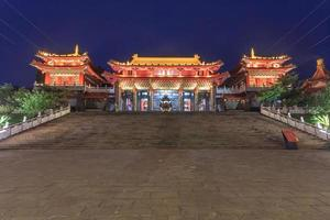 escena nocturna del templo wen wu en el lago sun-moon en nantou, taiwán foto