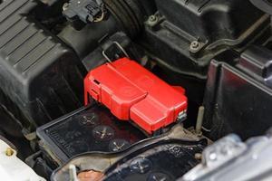 terminal de la batería del coche con polaridad positiva roja foto