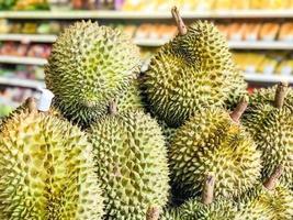 un plie de durians en un supermercado foto
