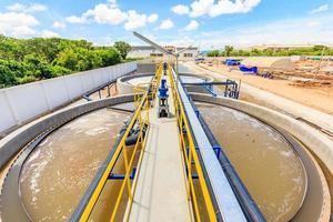 Tanque clarificador de contacto sólido en planta de tratamiento de agua foto
