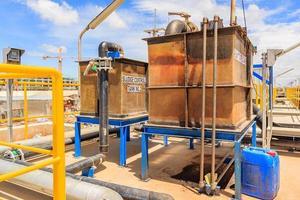 Tanque de control de lodos en la planta de tratamiento de agua foto