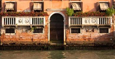 Fachada del palacio veneciano de 300 años de canal grande foto