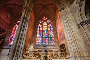 praga, república checa, 14 de abril de 2016 - vidrieras de st. catedral de vitus en praga foto