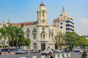yangon, maynmar, 22 de febrero de 2016 - fachada del edificio del banco aya foto