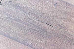 textura de madera con un pequeño agujero en el medio de la estructura. foto