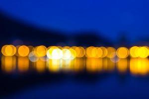 Fondo de pantalla azul oscuro con luces amarillas borrosas foto