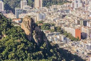 Barrio de Copacabana visto desde la cima de la Agulhinha Inhanga en Río de Janeiro, Brasil foto