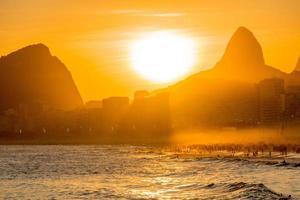 Atardecer en la playa de Leme en Copacabana, Río de Janeiro, Brasil foto