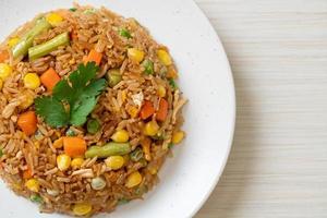 arroz frito con guisantes, zanahoria y maíz foto