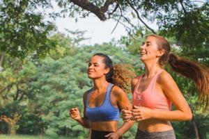 dos amigas corriendo en el parque foto