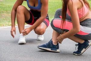 mujeres fitness listas para comenzar a correr y competir entre sí foto