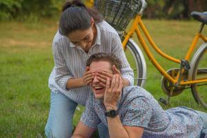 joven pareja de enamorados divirtiéndose y disfrutando en el parque. foto