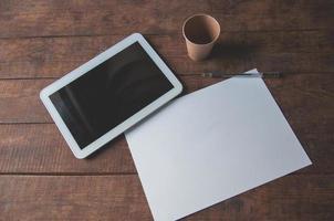 lugar de trabajo de oficina con tablet pc en la mesa foto
