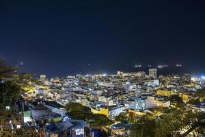Copacabana de noche visto desde la cima del cerro Cantagalo en Río de Janeiro, Brasil foto