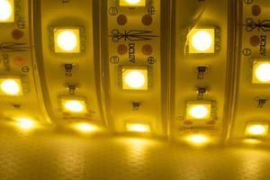 tira de led brillante de luz cálida para montar iluminación decorativa foto