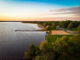 vista aérea del lago rekyva en la campiña de siauliai. actividades de ocio y destino de vacaciones de verano. los lagos más grandes de lituania foto