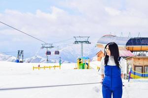 Mujer caucásica esquiadores retrato en elevador para bebés aprendiendo a esquiar foto