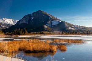 montaña de azufre y lagos bermellón parcialmente congelados. Parque Nacional Banff, Alberta, Canadá foto