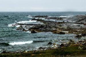 Aguas turbulentas alrededor de la punta de la escoba. Parque Nacional Gros Morne, Terranova, Canadá foto