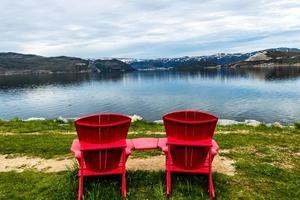 sillas rojas y vista desde el brazo oriental de bonne bay. Parque Nacional Gros Morne, Terranova, Canadá foto