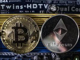 monedas de ethereum y bitcoin en el fondo del chip foto
