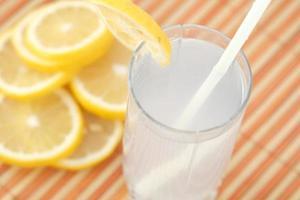 refrescante bebida de agua con limón en la mesa, vista superior foto
