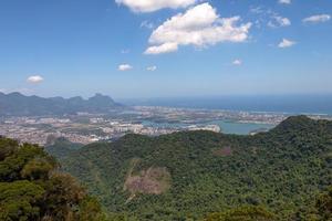 Vista desde la cima de la roca del Quilombo en Jacarepagua, Río de Janeiro. foto