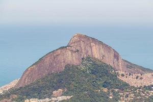 Colina de dos hermanos visto desde la cima del cerro Corcovado en Río de Janeiro, Brasil foto