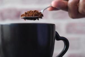 Cerca de mezclar el poder del café con agua caliente foto