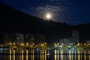 Luna llena sobre la laguna Rodrigo de Freitas en Río de Janeiro, Brasil foto