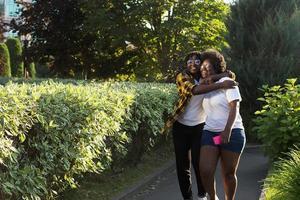 dos mujeres afroamericanas felices están caminando por la calle foto