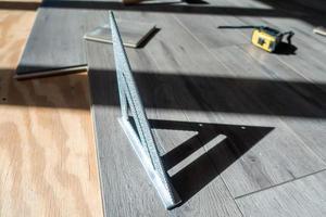 Hombre instalando madera laminada de ingeniería interior floring foto