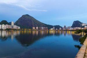 Edificios en la laguna Rodrigo de Freitas en Río de Janeiro, Brasil foto