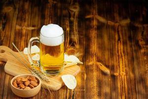 se coloca un vaso de cerveza en el piso de madera. foto