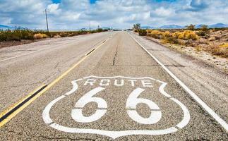 Señal de carretera de la ruta 66 con fondo de cielo azul. foto