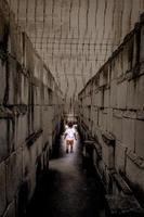 niño caucásico caminando en un laberinto. foto