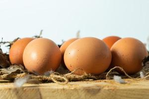 Cerrar los huevos en la mesa de madera foto