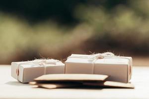 pila de cartas y paquete de caja. concepto de oficina de correos foto