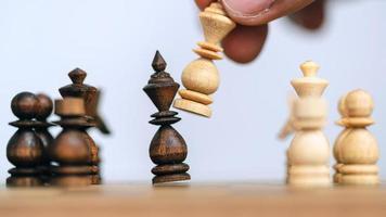 El éxito empresarial y el concepto de líder con ajedrez de madera. foto