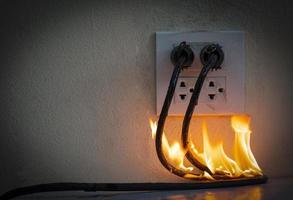 en el receptáculo del enchufe del cable eléctrico del fuego foto