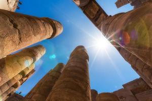Columnas antiguas en un templo de Karnak en Luxor. foto