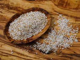 semilla de amaranto en madera de olivo foto