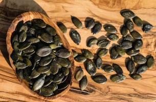 Pipas de calabaza tostadas en madera de olivo foto