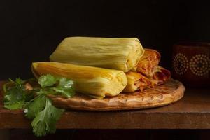 delicioso surtido de comida tradicional tamales foto