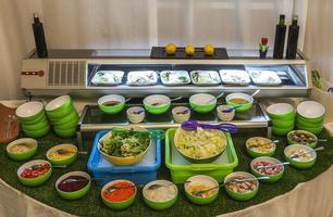 ensalada buffet, verduras crudas y salsa en españa foto