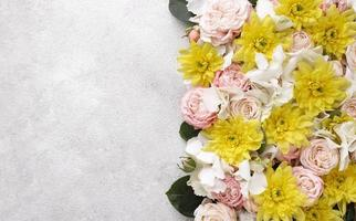 Flat sentar flores bellamente florecidas con espacio de copia foto