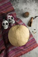masa de pan de muerto en ángulo alto foto